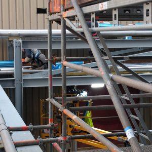 echafaudage industriel en cours d'installation